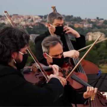 """La """"Cavalleria Rusticana"""" suonata sul tetto del Pronto Soccorso Policlinico di  Catania per ringraziare uomini e donne impegnati nell'emergenza Coronavirus"""