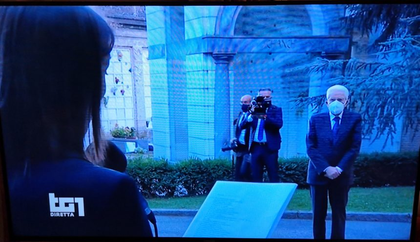"""Mattarella a Bergamo per la Messa di Requiem per le vittime del Covid: """" Fare memoria significa ricordare i nostri morti. Ricordare significa riflettere seriamente su ciò che non ha funzionato, su gli errori da evitare di ripetere"""""""