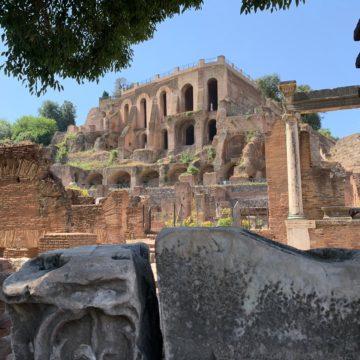 Un grande evento per parlare sullo stato del turismo italiano. Oggi il Presidente del Senato Casellati visiterà l'antica sede del Senato. Una passeggiata al Foro Romano e Palatino, tra i luoghi archeologici più affascinanti di Roma. Poi le dichiarazioni alla stampa