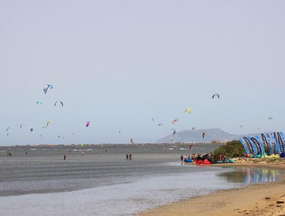 Marsala Kitefest. Continua con successo, fino a domenica lo spettacolo di vele e colori nella Laguna dello Stagnone