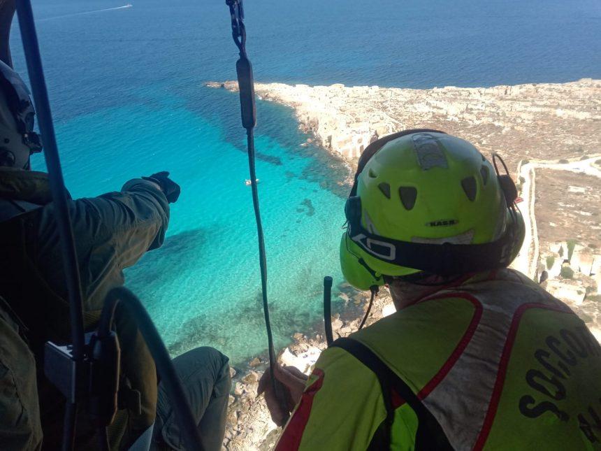 Ricerca e soccorso, un elicottero dell'Aeronautica militare recupera un escursionista infortunato a Favignana
