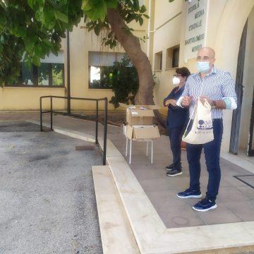 """Flag """"Isole di Sicilia"""" – consegna di kit didattici ecosostenibili agli studenti dell'Istituto comprensivo """"Antonino Rallo"""" di Favignana"""